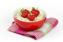 Cuvette avec la farine d'avoine et les fraises fraîches Image libre de droits