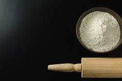 Cuvette avec la farine de blé et la goupille Photographie stock libre de droits