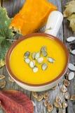 Cuvette avec la soupe traditionnelle à potiron Photos stock