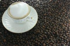 Cuvette avec le cappuccino Photos libres de droits