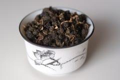 Cuvette avec le thé sur un fond blanc Photographie stock