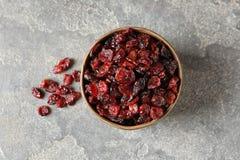 Cuvette avec les canneberges douces sur le fond de couleur Fruits secs en tant que casse-croûte sain photos libres de droits
