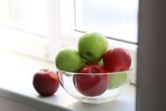 Cuvette avec les pommes mûres Photo stock