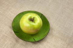 Cuvette avec une pomme verte Images libres de droits