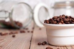 Cuvette blanche avec des grains de café Photographie stock