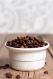 Cuvette blanche avec des grains de café Image libre de droits
