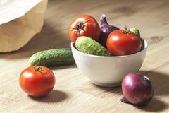 Cuvette blanche avec des légumes Image stock