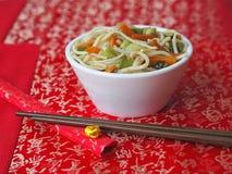 Cuvette blanche avec les nouilles chinoises Photo stock