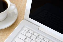 Cuvette blanche d'ordinateur portatif et de café Photographie stock libre de droits