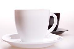 Cuvette blanche et noire de thé Image stock