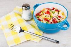 Cuvette bleue avec le mélange, le sel et la fourchette végétaux Photographie stock