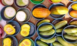 Cuvette bleue remplie de divers légumes tropicaux Photo stock