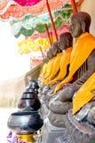 Cuvette Bouddha de l'aumône du moine dans le temple Thaïlande photographie stock