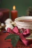 Cuvette chaude de thé avec la bande, les biscuits et la bougie Image libre de droits