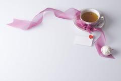 Cuvette chaude de thé avec la note et le biscuit d'amour Images libres de droits