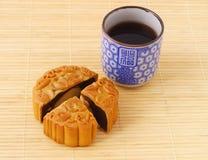 Cuvette chinoise de mooncake et de thé Photo stock