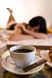 Cuvette, chocolat et femme de café Photographie stock libre de droits
