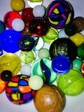Cuvette complètement de marbres et de boules Photographie stock libre de droits