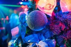 Cuvette décorée sur des branches d'arbre de Noël avec les lumières colorées lumineuses Photographie stock