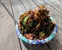 Cuvette d'arc-en-ciel : Salade de chou frisé Photo libre de droits