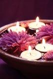 Cuvette d'arome avec des bougies et des fleurs Photo stock