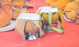 Cuvette d'aumône du ` s de moine bouddhiste photos stock