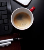 Cuvette d'objets de café et d'affaires sur la table Image libre de droits