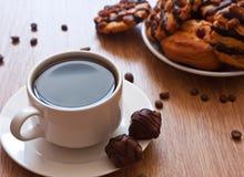 Cuvette de biscuits de café et de chocolat Photo stock