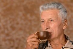 Cuvette de boissons d'homme aîné de café Image libre de droits