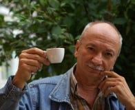 Cuvette de boissons d'homme aîné de café Photographie stock libre de droits