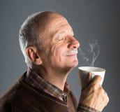 Cuvette de boissons d'homme aîné de café Photos libres de droits