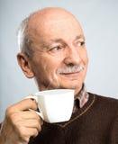 Cuvette de boissons d'homme aîné de café Image stock