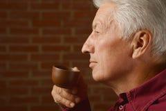 Cuvette de boissons d'homme aîné de café Images libres de droits