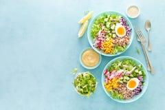 Cuvette de Bouddha avec l'oeuf à la coque, le riz et la salade végétale de la laitue, du radis, du concombre, du maïs, de l'o photo stock