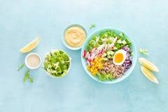 Cuvette de Bouddha avec l'oeuf à la coque, le riz et la salade végétale de la laitue, du radis, du concombre, du maïs, de l'o photo libre de droits