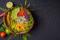 Cuvette de Bouddha avec le pois chiche, avocat, zizanie, graines de quinoa, paprika, tomates, verts, chou, laitue sur la pierre f photos stock