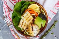 Cuvette de Bouddha avec le tofu, le houmous et les légumes grillés photographie stock libre de droits