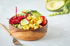Cuvette de Bouddha avec le tofu, pâtes de courgette Images stock
