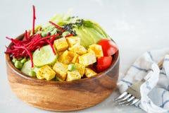 Cuvette de Bouddha avec le tofu, pâtes de courgette Photos libres de droits