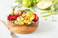 Cuvette de Bouddha avec le tofu, pâtes de courgette Photo libre de droits
