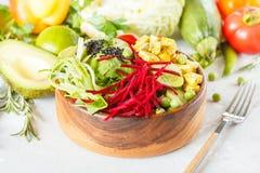 Cuvette de Bouddha avec le tofu, pâtes de courgette Photographie stock