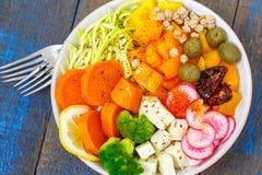 Cuvette de Bouddha de Vegan - pâtes de courgette, patates douces, tofu avec des légumes Photographie stock