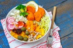 Cuvette de Bouddha de Vegan - pâtes de courgette, patates douces, tofu avec des légumes Images libres de droits
