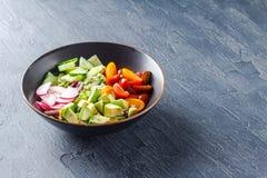 Cuvette de Bouddha de Vegan Salade v?g?tarienne saine avec les tomates-cerises, le concombre, le radis, l'avocat et la laitue photos stock