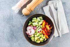 Cuvette de Bouddha de Vegan Salade v?g?tarienne saine avec les tomates-cerises, le concombre, le radis, l'avocat et la laitue images libres de droits