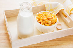 Cuvette de bouteille de cornflake et à lait sur le plateau en bois photos stock