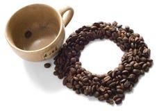 Cuvette de Brown avec des grains de café Image libre de droits