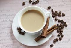 Cuvette de café avec de la cannelle Photographie stock libre de droits