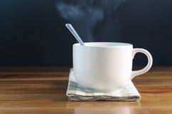 Cuvette de café avec de la fumée Photos stock