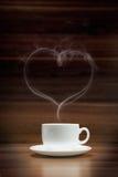 Cuvette de café avec de la fumée en forme de coeur Images libres de droits